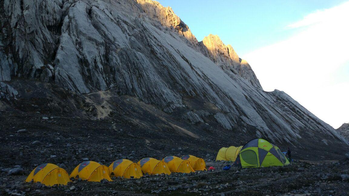 Deretan tenda seri Expedition dan Basecamp di lembah kuning Carstenzs- carrierstory